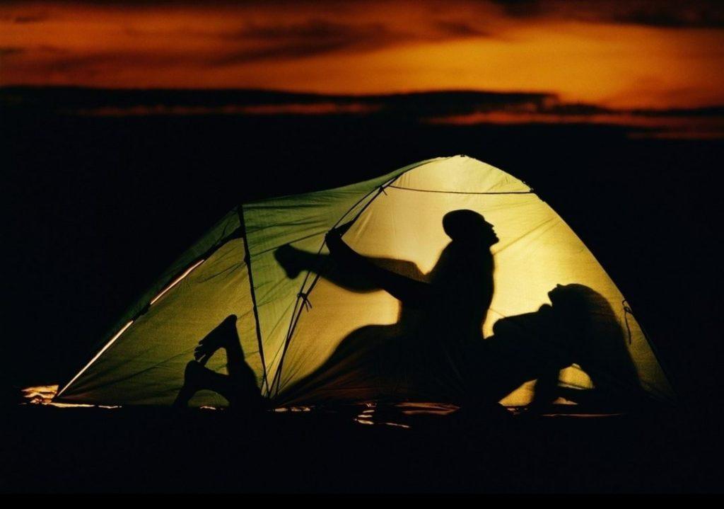 6 cách làm cho tình dục khi cắm trại trở nên nóng bỏng hơn